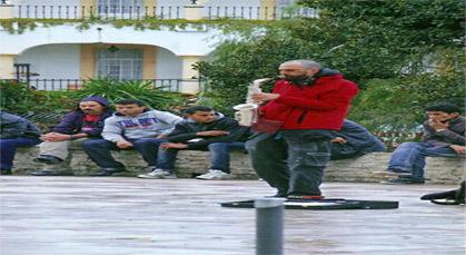 الإسبان يتسولون بطريقة حضارية ومؤدبة، بمدينة طنجة