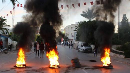 """شاهدوا.. تونس """"تشتعل"""" مجدّدا بثورة غضب بعد اعتداء شرطي على راعي غنم"""