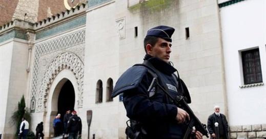 """السلطات الفرنسية تعلن """"حربا غير مسبوقة"""" على المساجد وتغلق العديد منها"""