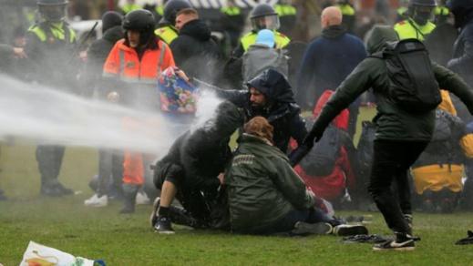 هولندا.. أعمال شغب ونهب ومواجهات بين الشرطة ومحتجين ضد حظر التجول بسبب كوفيد -19
