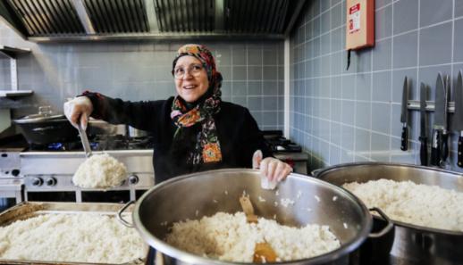 صباح الخمليشي.. مغربية تتطوع لإطعام مشردي ويتامى أمستردام