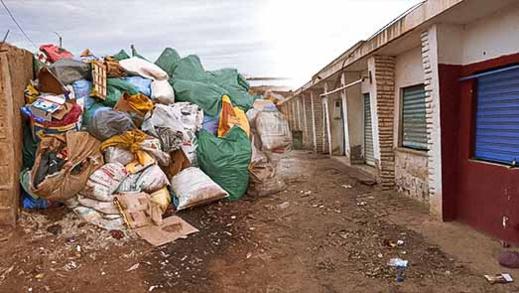 نشطاء يستنكرون انتشار الأزبال بقرية أركمان ويطالبون عامل الإقليم بالتدخل