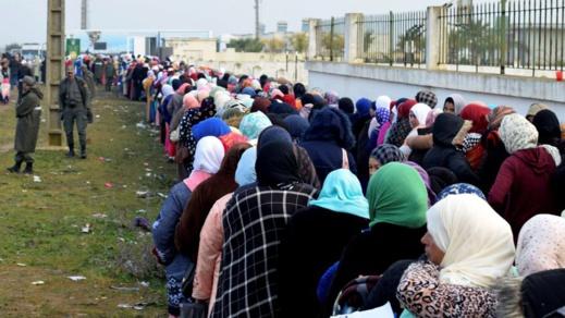 الفلاحات المغربيات يصلن إلى إسبانيا لجني الفراولة وانتظار وصول آلاف العاملات