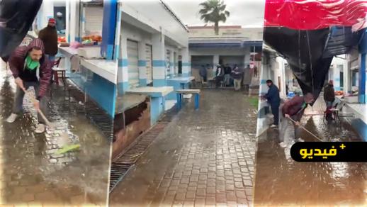 """بسبب التساقطات المطرية.. فيديو يكشف """"فضيحة"""" السوق النموذجي وسط الناظور"""