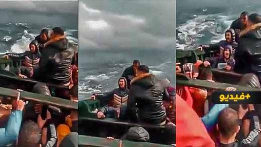 """شاهدوا.. شباب مغاربة على متن """"قارب موت"""" يدعون الله النجاة وسط البحر الهائج"""