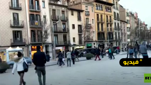 """شاهدوا.. محتجون  يهاجمون سيارات مرشح حزب """"فوكس"""" المتطرف ويرشقونها بالحجارة"""