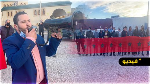 شاهدوا.. تجار باب الرحمة بالناظور ينددون في وقفة احتجاجية بتطاول الإعلام الجزائري على الملك