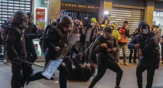 """اعتقالات واشتباكات في اسبانيا بعد الحكم على مغني الراب """"أسيل"""" بالسجن"""