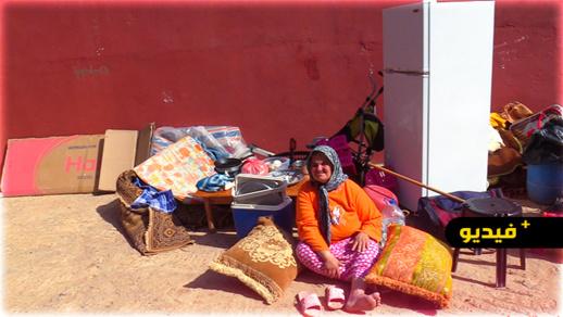 شاهدوا.. طرد مسنة وابنتها المريضة إلى الشارع في ظروف مأساوية