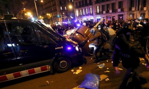 لليوم الثالث على التوالي.. احتجاجات وأعمال شغب متواصلة باسبانيا بسبب اعتقال مغني راب