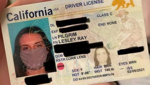 """شابة تحصل على بطاقة الهوية بـ""""القناع الواقي من كورونا"""""""