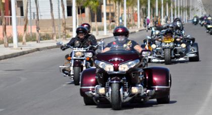 استعراض أزيد من 250 أسباني بدراجاتهم النارية الفارهة أثناء مرورهم بمدخل مدينة زايو
