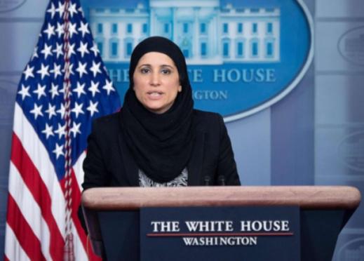 من تكون المسؤولة التي تحدثت إلى الأمريكيين في البيت الأبيض مرتدية الحجاب؟