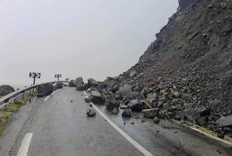 انجرافات للتربة وانهيارات صخرية.. سيول الأمطار تقطع الطريق بين الحسيمة وتطوان