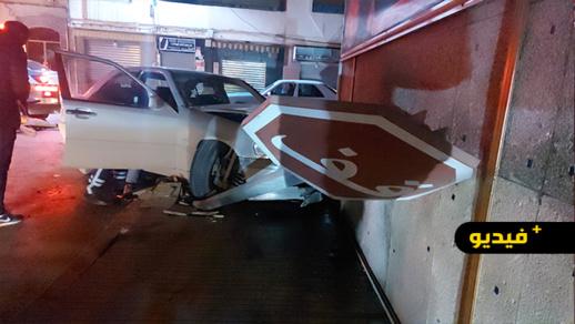 حادث سير خطير كاد يؤدي إلى فاجعة إثر اصطدام سيارة بواجهة منزل