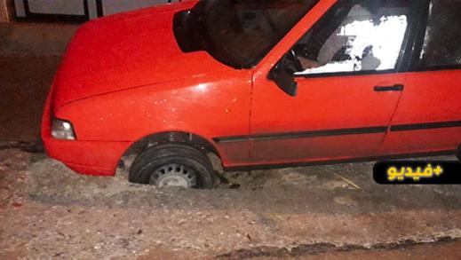 سقوط سيارة أجرة صغيرة وسط حفرة يكشف عورة البنية التحتية بالناظور