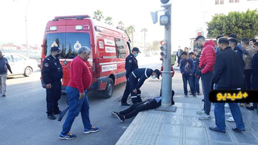 شاهدوا.. مجهولون يعتدون بشكل شنيع على شاب وسط الشارع العام بالناظور