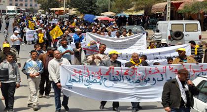 مسيرة فاتح ماي بزايو تطالب بمحاسبة المفسدين والمتورطين في أحداث 02 مارس