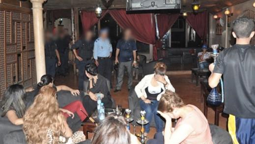 عناصر الشرطة ببني أنصار تداهم مقهى لشيشة وتوقف أزيد من 35 شخصا بينهم فتيات و مبحوث عنه