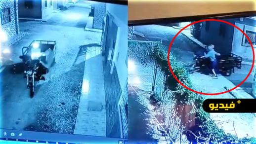 شاهدوا.. كاميرا المراقبة ترصد سرقة شخص لدراجة ثلاثية العجلات من وسط حي إكوناف بالناظور