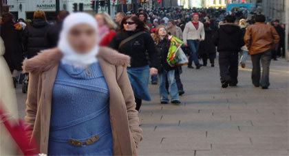 تجمع المغاربة بكطالونيا يستنكر قرار حظر الحجاب في الأماكن العمومية