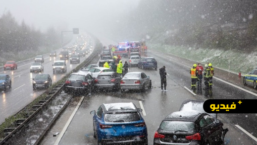 شاهدوا.. اصطدام 15 سيارة في حادث سير بألمانيا