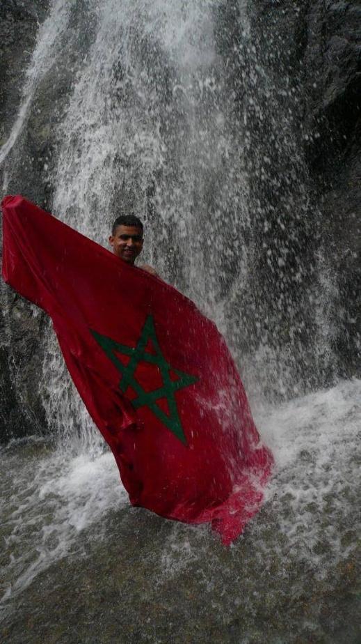 """ممثل الريف """"طلال قدوري"""" يتأهل لنهائي مسابقة أجمل صورة لمواطن مع العلم المغربي"""