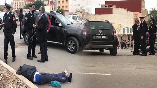 """غريب.. عسكري يتعرض لحادث خطير بعد محاولته تسلق شاحنة على طريقة """"الحراكة"""""""