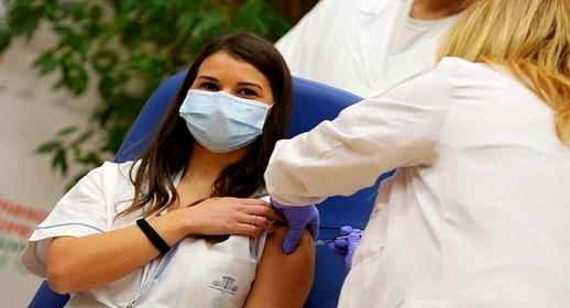 بسبب جلطات دموية.. أمريكا توقف لقاحا لفيروس كورونا