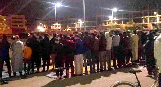 بعد المضيق.. صلاة التراويح بساحة مسجد بمنطقة زواغة تتحول إلى مناوشات بين المصلين وقوات الأمن