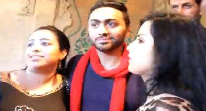 معجبة مغربية تقتحم المؤتمر الصحفي للفنان المصري تامر حسني