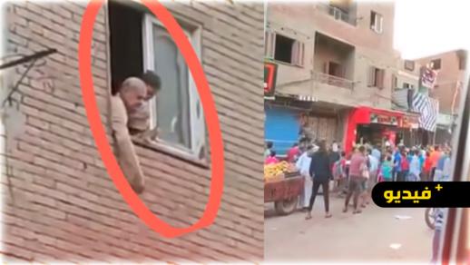 شاهدوا... شخص يساعد الناس في رمضان بإلقاء المال من شرفة منزله
