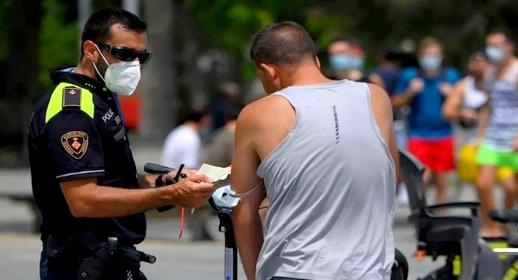 ذهب للعمل وهو مصاب بالفيروس.. اعتقال إسباني تسبب في إصابة حوالي 30 شخصا بكورونا