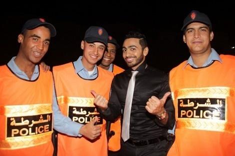 عدوى الإعجاب بالمشاهير تتسع لتشمل حتى الشرطة: تامر حسني في صورة تذكارية مع رجال الأمن