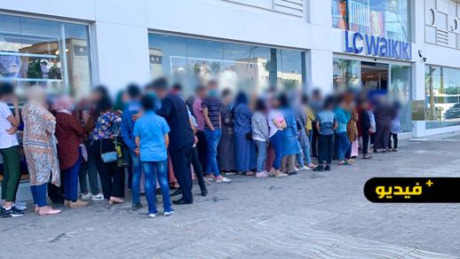 شاهدوا.. طوابير طويلة من المواطنين الناظوريين أمام محل ماركة عالمية لاقتناء ملابس العيد