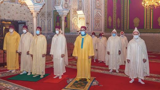 الملك يؤدي صلاة العيد دون خطبة إلتزاما بالتدابير الوقائية لمواجهة كورونا