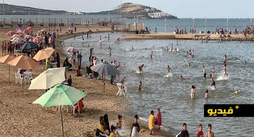 شاهدوا.. ارتفاع درجة الحرارة تدفع ساكنة الناظور إلى الاستجمام بشاطئ كورنيش مارتشيكا