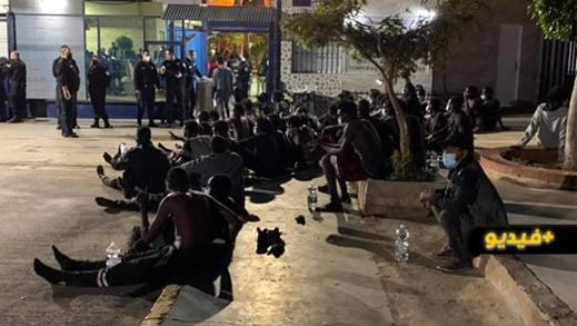 شاهدوا.. اقتحام جماعي لسياج مليلية المحتلة من طرف عشرات المهاجرين السريين