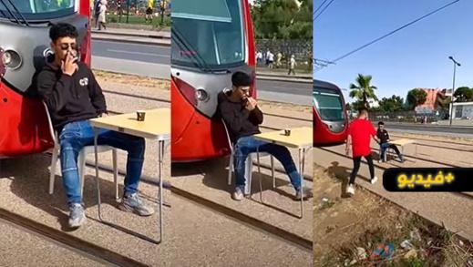 لبسالة.. شاب يوقف حركة التراماوي من أجل تصوير فيديو تافه
