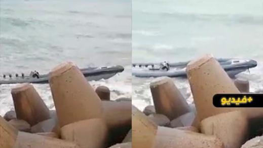 شاهدوا.. شاطئ البحر يلفظ قارب فانطوم يستعمل في تهريب الحشيش برأس الماء