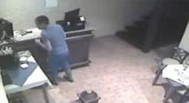 بالفيديو.. كاميرا ترصد شابا يسرق هاتفا محمولا