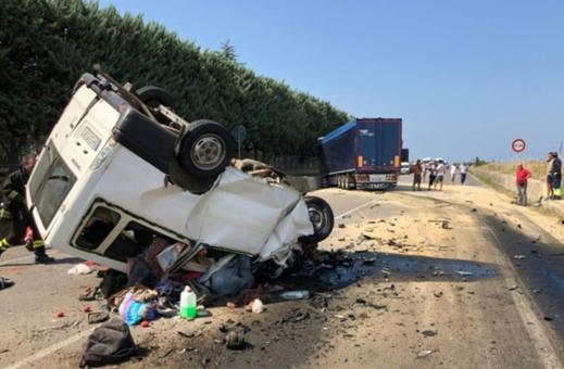 إيطاليا.. مصرع مغربيان في حادثة سير بين سيارة نقل العمال وشاحنة