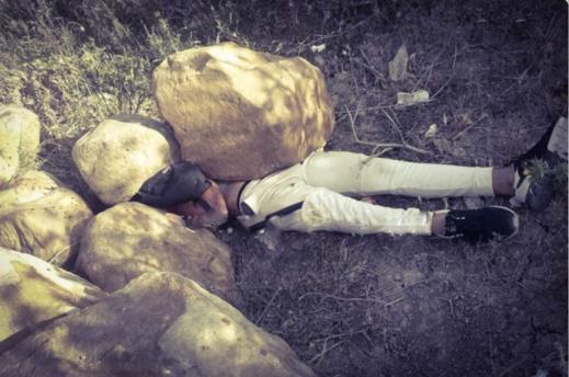 قتله ثم أخفى جثته تحت الصخور.. الأمن يفك لغز جريمة قتل بشعة