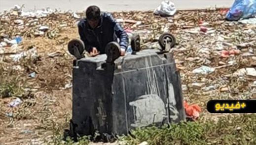 الكاميرا ترصد بائع حلويات يقوم بسرقة عجلات حاويات الأزبال بالناظور