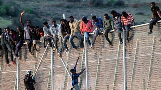 السلطات الاسبانية تتراجع عن إزالة الأسلاك الشائكة من الحدود الفاصلة بين الناظور ومليلية