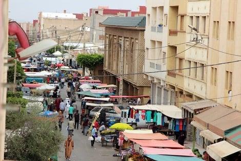 غزو شوارع مدينة العروي من قبل الباعة المتجولون يسائل السلطات المحلية