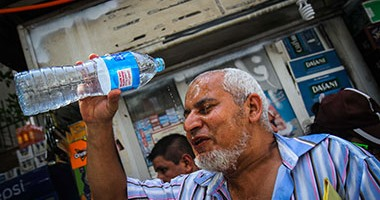كبار السن مطالبون بتبليل أجسامهم بالماء مرات عدة يوميا للاتقاء من ارتفاع درجات الحرارة