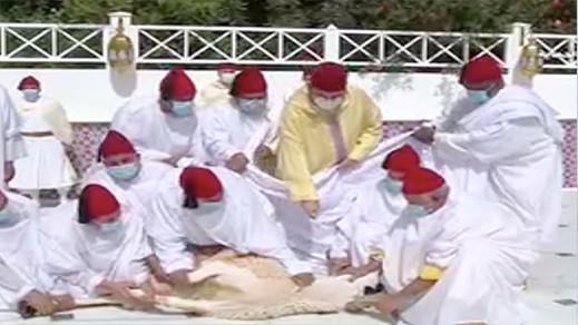 الملك يؤدي صلاة العيد وينحر الأضحية