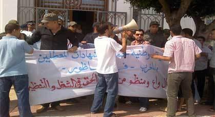 تعنيف الموظفين أمام عمالة الناظور خلال تنظيمهم لوقفة احتجاجية سلمية