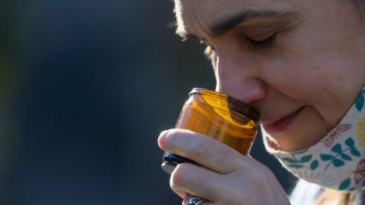 أخصائي يكشف طريقة استرجاع حاسة الشم بعد فقدانها بسبب فيروس كورونا